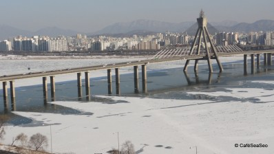 View of the almost frozen Han River and the Olympic Bridge a few hours after it hit 0ºF overnight!