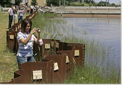sightseers on west side of the river (Source - Des Moines Register)