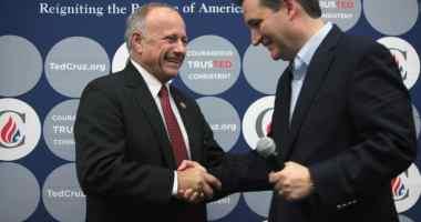 Congressman Steve King (R-Iowa) introduces U.S. Senator Ted Cruz (R-TX) at an event in Des Moines. Photo credit: Gage Skidmore