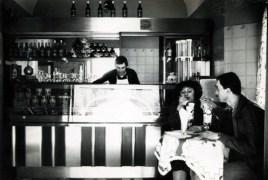 1976: Franco Malinverno dietro al banco della nuova gelateria del Caffè la Crepa