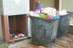 petugas pengambil sampah