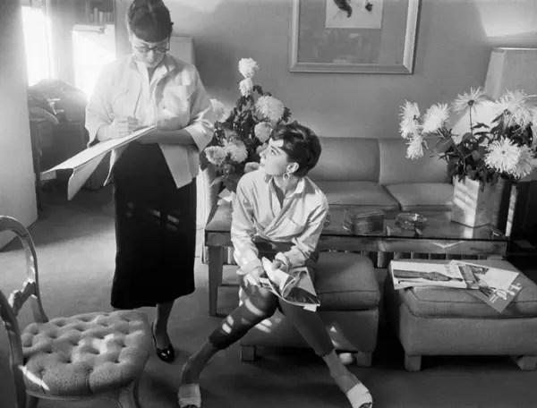 衣裳の打ち合わせをするオードリー・ヘプバーンとイーディス・ヘッド。