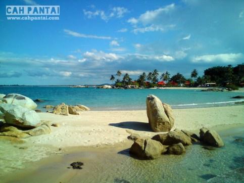Pantai pasir putih dengan bebatuan