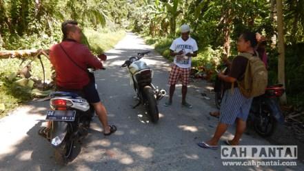 Perjalanan ke Lubang Buaya ditemani anak perempuan Paman : Mama Onco dan Papanya Buyung