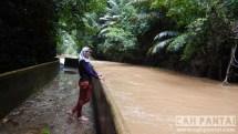 Lumpur yang naik menyebabkan sungai keruh