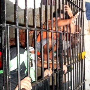 10jan2014---a-reportagem-do-uol-teve-acesso-as-dependencias-do-complexo-penitenciario-de-pedrinhas-em-sao-luis-no-maranhao-as-imagens-mostram-superlotacao-da-carceragem-da-unidade-prisional-a-1389397566939_300x300