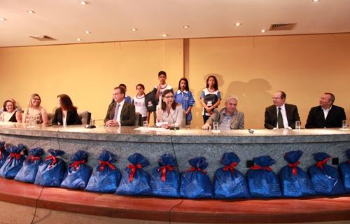 Foto 2 Governadora entrega kits escolares foto Geraldo Furtado[1]