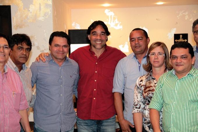 Prefeitos do Conguarás com Lobão Filho e o Secretário Alberto Franco, em reunião onde manifestaram apoio à pré-candidatura do senador. -1