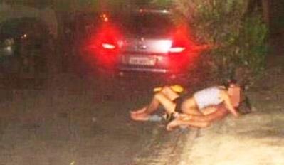 Um casal foi flagrado em uma calçada sem roupas durante o período de realização do Caldas Country