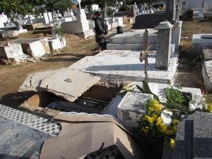 PM e perícia estiveram no cemitério apurando o crime