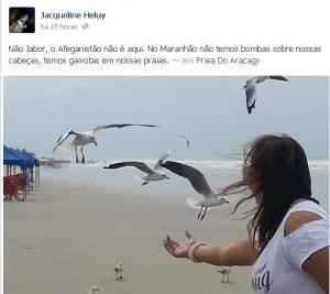 A jornalista Jaqueline Heluy  e as gaivotas na Praia do Araçagy
