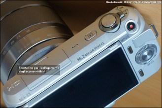 Pulsante di scatto con levetta di accensione, pulsante di registrazione video, pulsante play per accedere alla galleria delle immagini salvate, alloggiamento accessori (flash).