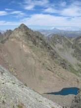 Panorama dalla vetta del Corborant: al centro: Il Becco Alto di Ischiator m.2996 e l'omonimo lago. Sullo sfondo : il Monviso