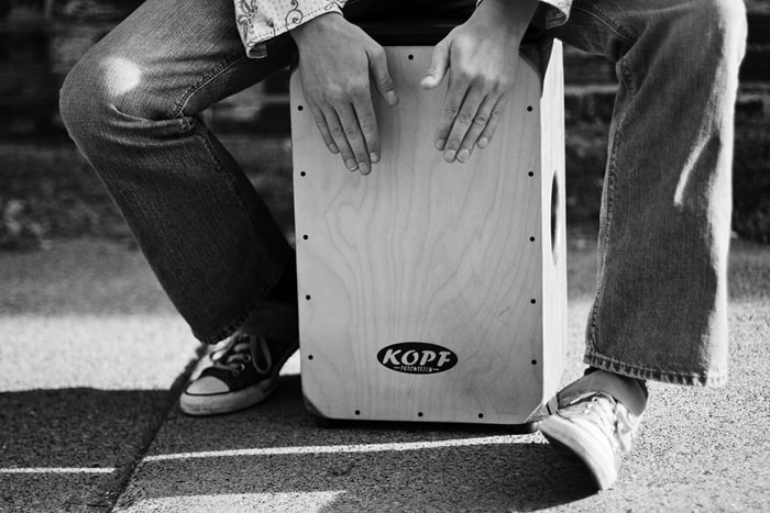 https://i0.wp.com/cajonguide.com/wp-content/uploads/2015/12/Playing-the-cajon.jpg?w=900