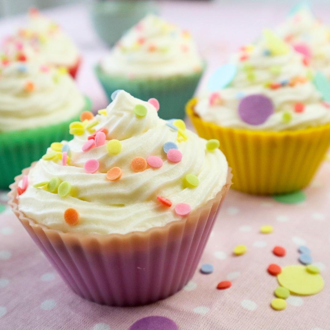 Vanille Cupcake mit bunten Konfetti-Streuseln von Cake Confession