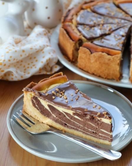 Marmor Käsekuchen auf graumen Teller von Cake Confession