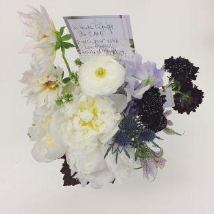 Quand un client nous remercie de notre travail par ce qu'il fait le mieux; des arrangements floraux magnifiques! Merci beaucoup @abeille_fleuriste - cela ensoleille notre journée! #flowers #gift #thankful #thinkcake #abeillefleuriste