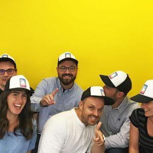 Bien du plaisir lors de l'essayage de nos nouvelles casquettes personnalisées ✨