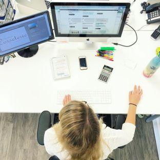 Voilà à quoi ça ressemble une analyste marketing au travail vue de haut#marketingagency#creativeagency#communications