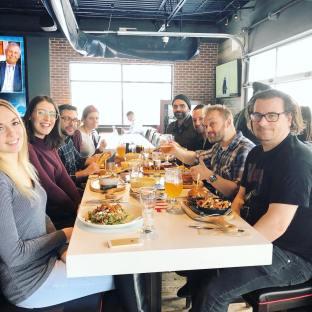 Les Cakiens dans toute leur splendeur pendant un dîner d'équipe#communication#marketingagency