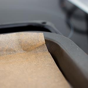 Backblech mit Backpapier auslegen