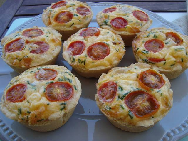 Mini quiches de frango e parmesão