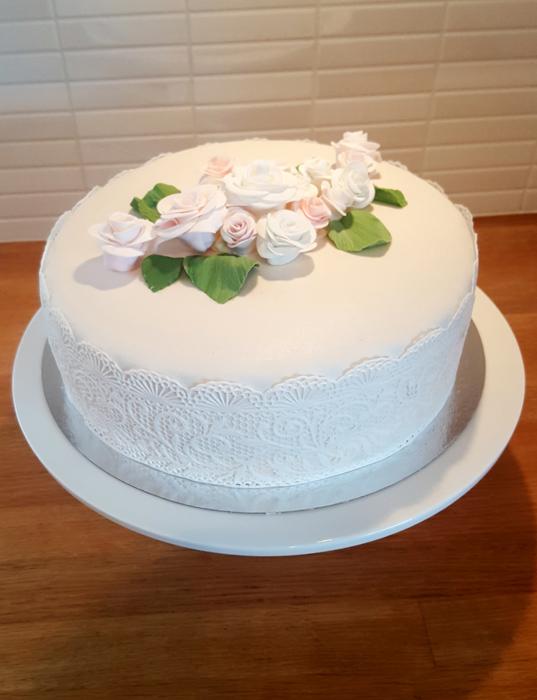 White pink green themed wedding cakes with roses and lace - vit rosa och grönt tema för bröllopstårtor med rosor och spets
