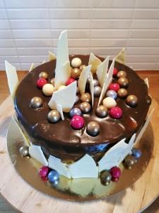 White choocolate cake with liquorice caramel sauce / Tårta med vit choklad och lakritskolasås