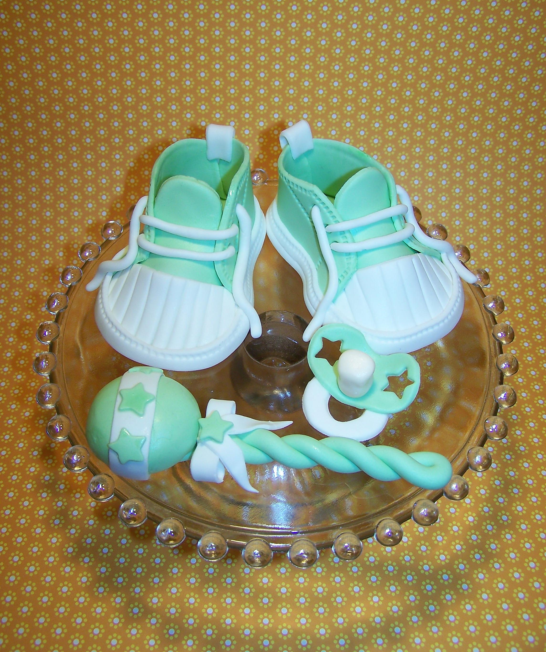 Baby Sneaker Rassel und Schnuller aus Fondant  CAKES FOR FUN