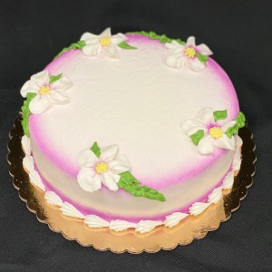 Round frosted cake with daisies