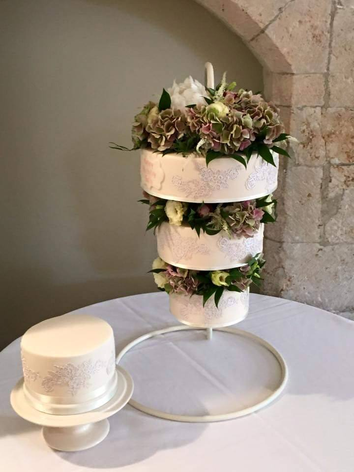 Square And Round Wedding Cakes