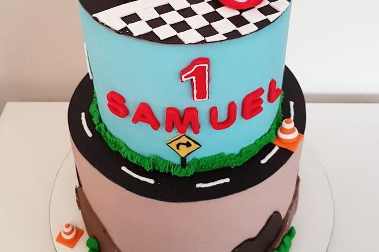 Bolo do filme Carros, com topo de bolo do McQueen. Feito por Cake Studio ( contato@cakestudio.com.br | Whatsapp: (11) 96882-2623 ).