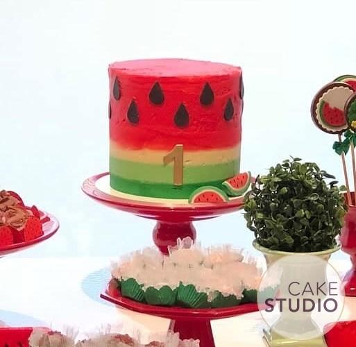 Bolo decorado de Melancia para o mesversário da menina de Paloma Tocci, da Band. Feito por Cake Studio ( contato@cakestudio.com.br   Whatsapp: (11) 96882-2623 )