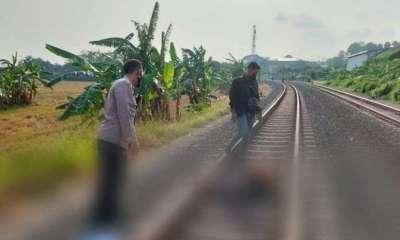 Petugas Polsek Kaliwungu melakukan olah Tempat Kejadian Perkara (TKP) seorang pemuda yang diduga mabuk ciu terserempet kereta api