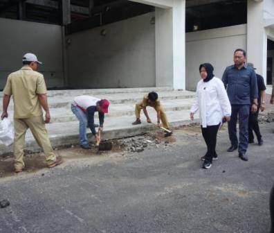 Wali Kota Tri Rismaharini saat meakukan sidak dikawasan GBT Selasa Siang
