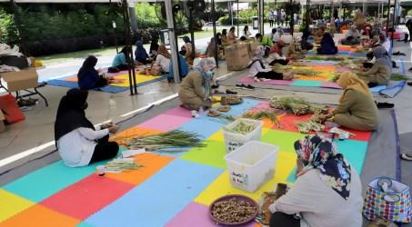 Aktivitas Dapur Umum yang dibuat Pemkot Surabaya untuk menyediakan wedang Pokak dan telur rebus untuk warga Surabaya