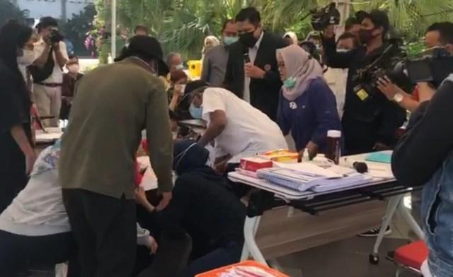 Wali kota Surabaya Tri Rismaharini yang melakukan sujud kepada salah satu dokter IDI dibalai kota Surabaya