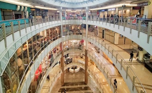 Suasana salah satu mall di Surabaya