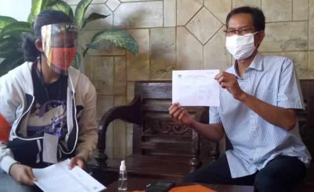 Adi Sutarwijono menunjukkan blangko pendataan coklit oleh petugas KPU Surabaya