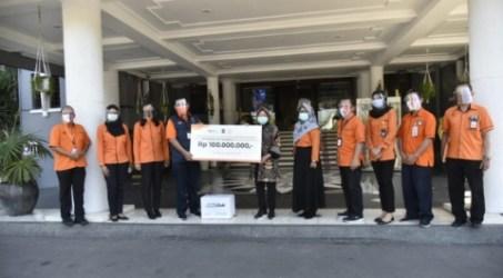 Bantuan dari PT Pos Indonesia yang diterima langsung ol3h Wali Kota Surabaya Tri Rismaharini