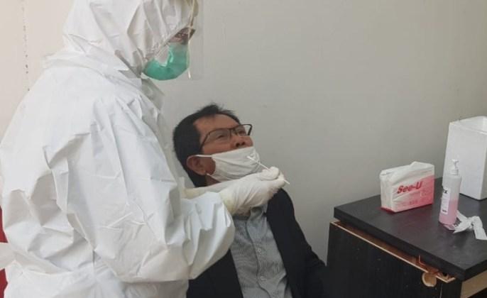 Ketua DPRD Surabaya Adi Sutarwijono saat melakukan tes swab beberapa hari lalu