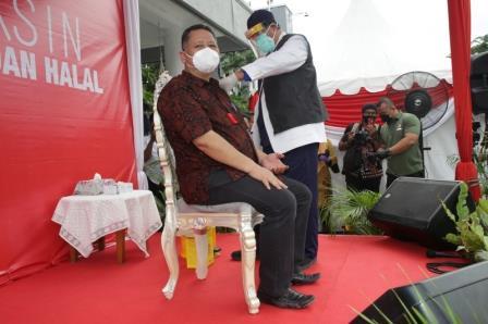 Plt Wali Kota Surabaya saat menerima suntikan vaksin