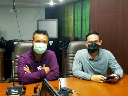 Kepala Dinas Informasi dan Komunikasi Pemkot Surabaya M Fikser Bersama Kabag Humas Pemkot Surabaya Febri (kiri)