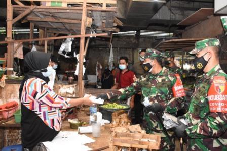 Danrem 084/Bhaskara Jaya, Brigjen Herman saat membagikan masker dan sosialisasikan penerapan prokes