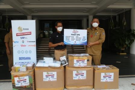 Wali Kota Surabaya Whisnu Sakti Buana saat menerima bantuan APD dari YPK