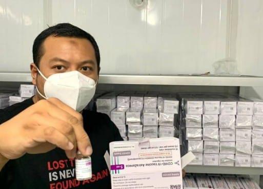 Petugas dinas kesehatan kota Surabaya saat menunjukkan Vaksin tambahan yang baru diterima Pemkot Surabaya