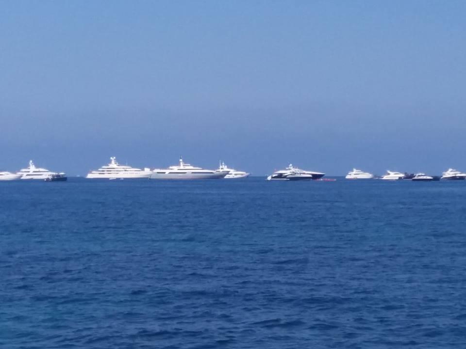 yachturi in larg