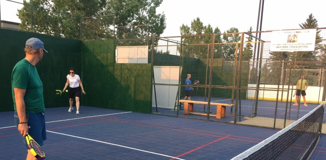 A mixed doubles padel game