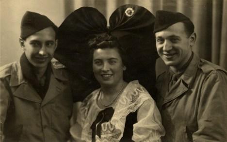 Alsacienne_en_costume_traditionnel_filleuls_de_guerre_1944
