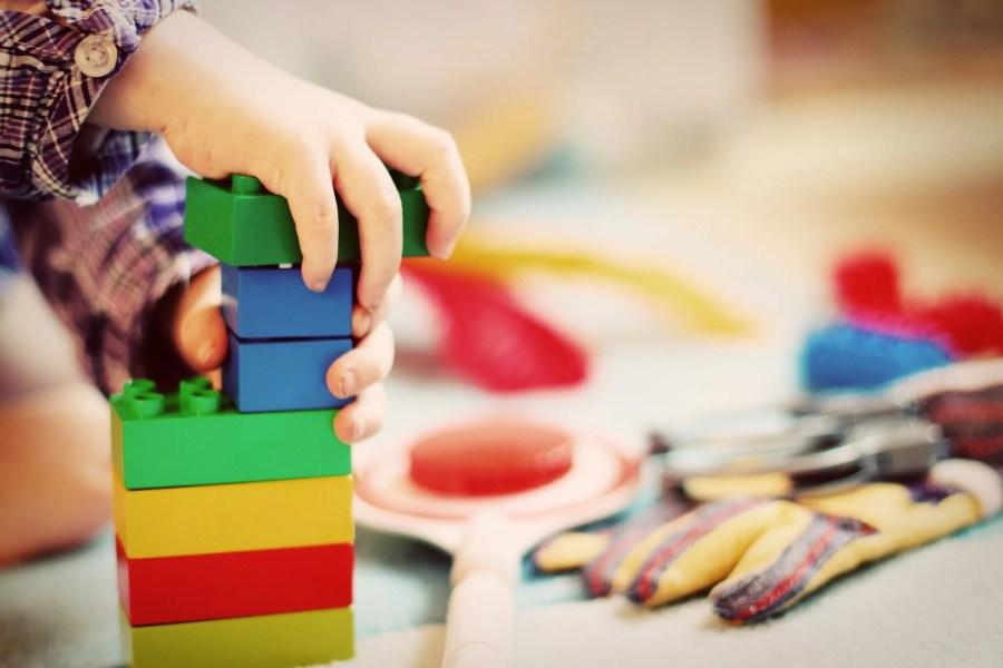 Enfant empilant des blocs de couleur à la crèche